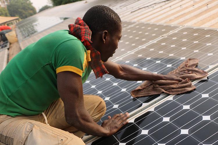 Acceso a una energía asequible y promover el crecimiento económico inclusivo