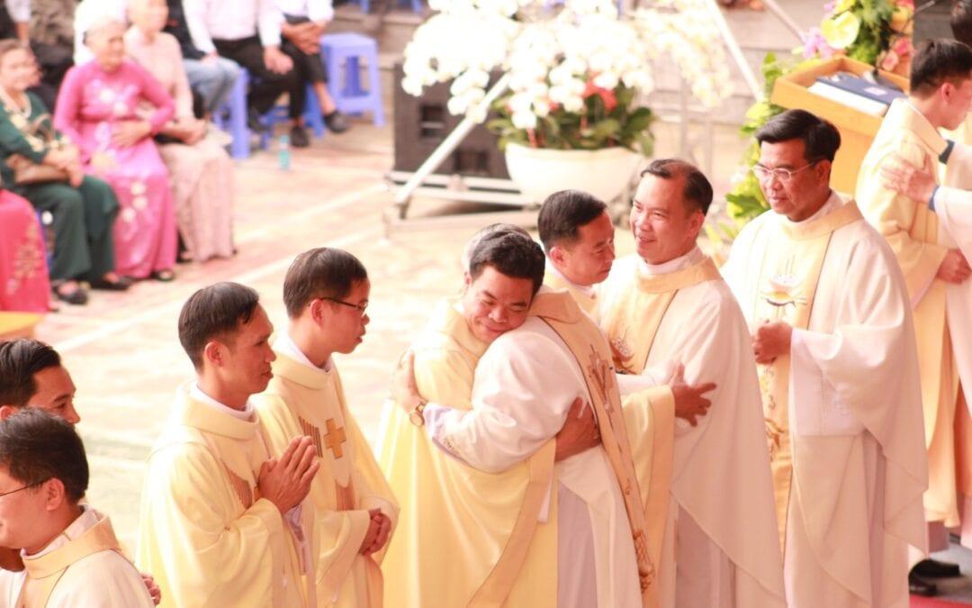 Messe d'ordination dans la province du vietnam